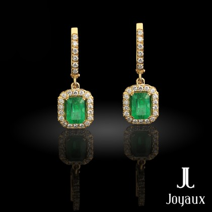 Excuisite earrings in 18K Yellow Gold set with 82 brilliant-cut diamonds (approx. 0.9 cttw.) and emerald-cut bluish-green emeralds (approx. 2.3 cttw.)