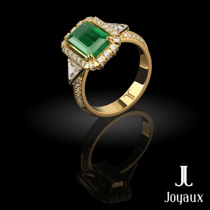 Gorgeous emerald ring in 18K yellow gold set with 64 brilliant-cut diamonds (approx. 0.58 cttw.), two trillion-cut diamonds (approx. 0.32 cttw.) and emerald-cut  bluish-green Colombian emerald (approx. 2.3 ct.)