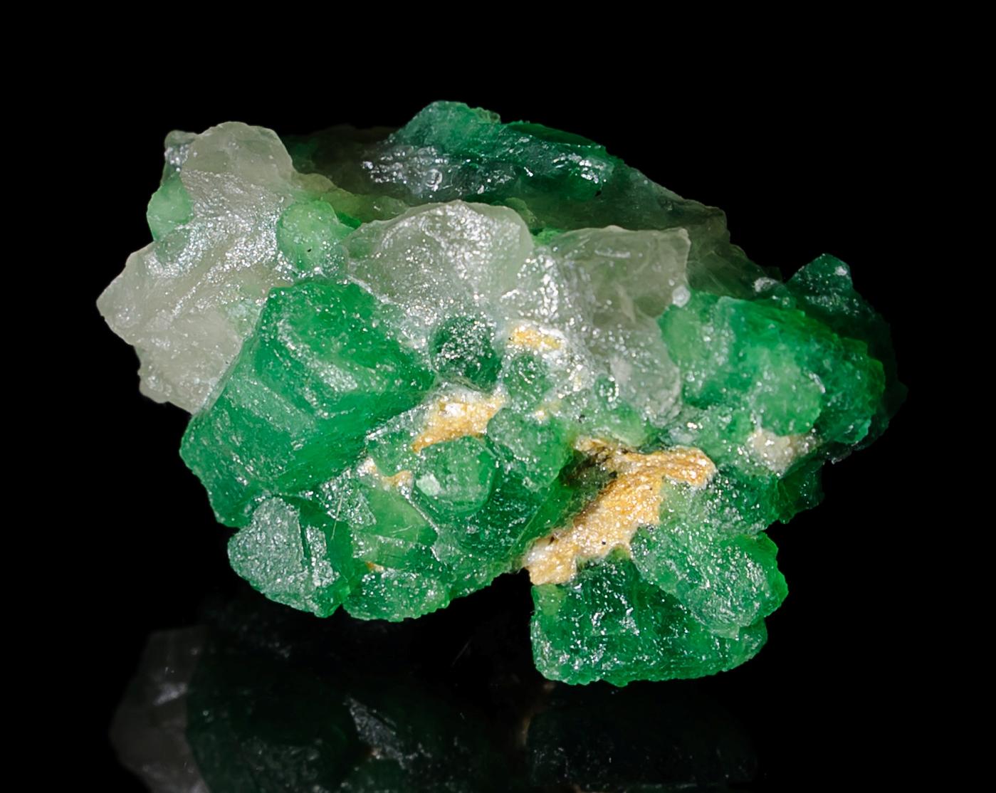 Камень изумруд в сырье до огранки