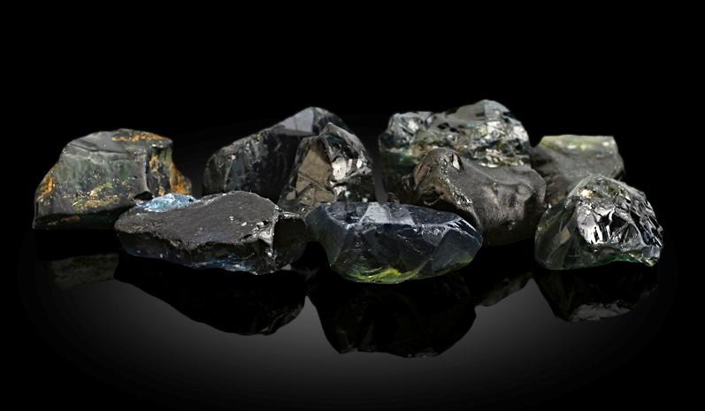 Камень сапфир в сырье до огранки